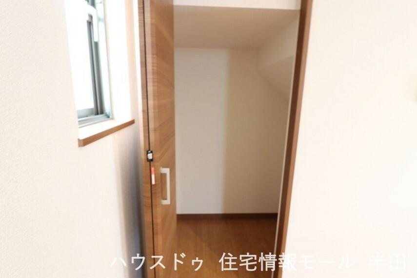 収納 キッチン横(階段下)には収納が備わっています。