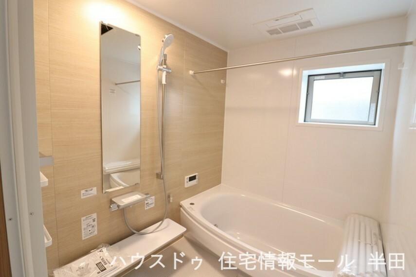 浴室 緩やかな曲線の浴槽が柔らかい雰囲気を演出する浴室です。 浴室乾燥機付きで、雨の日の洗濯物もらくらく乾かすことが出来ます!