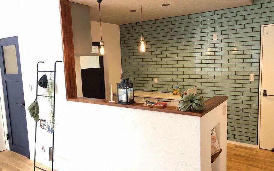 同仕様写真(内観) 施工例■キッチン前の一切の壁を取り除き、あえて上部収納をなくすことで開放的な明るいカウンターキッチンを実現しました。上部収納をなくすことで付けられるライトがおしゃれなキッチンまわりを演出します。