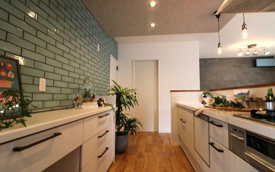 同仕様写真(内観) 施工例■背面壁に凹凸感のあるタイルはったキッチンは、あたたかみのあるカウンター部分の木でおしゃれな空間に。