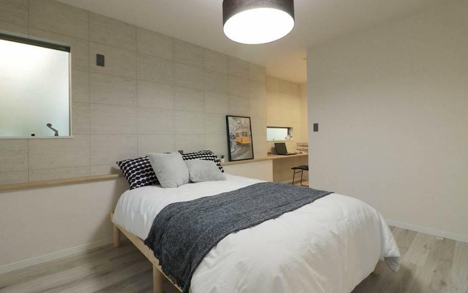 同仕様写真(内観) 施工例■主寝室は大きめのベッドも置けるゆとりあるスペースを確保し、暖色の間接照明や明るくなりすぎない窓配置で、ゆっくりと休める癒しの空間に。