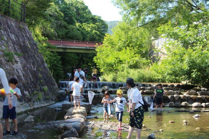 公園 箕面西公園まで340m 園内には小さなお子さまも遊べるブランコや滑り台、砂場などがあり、幼稚園や小学校帰りの子どもたちでいつも賑わっています。また園内には水遊び場があり、夏には多くの家族連れでにぎわいます。