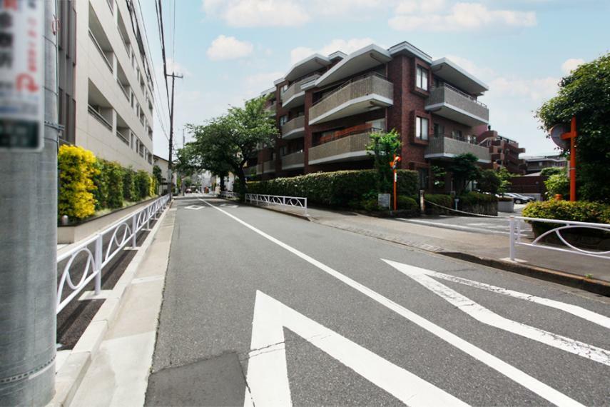 周辺の街並み マンションの前面道路写真。幅員はございますが、交通量はほとんどございません。歩道付きのゆったりした道路です。碑文谷アドレスの街並みを享受できる立地にございます。