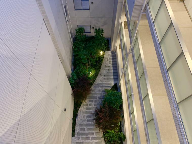 中庭 5階から見た屋内吹抜けのセントラルガーデン