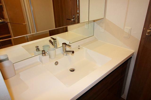 洗面化粧台 ●身支度時に嬉しい三面鏡の洗面化粧台です。