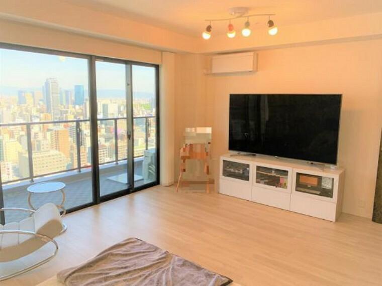 居間・リビング 窓が大きく、多くの光を取り込むことができます。