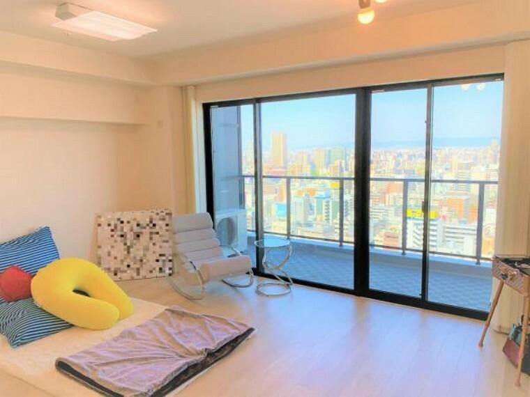 居間・リビング 採光部が大きく、リビングには朝からしっかり日差しが入り込みます。