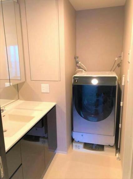 洗面化粧台 ドラム型洗濯機がすっぽり入る洗濯パン。