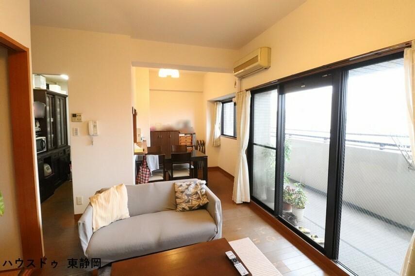 居間・リビング バルコニーからの陽光や風を感じられるリビング。