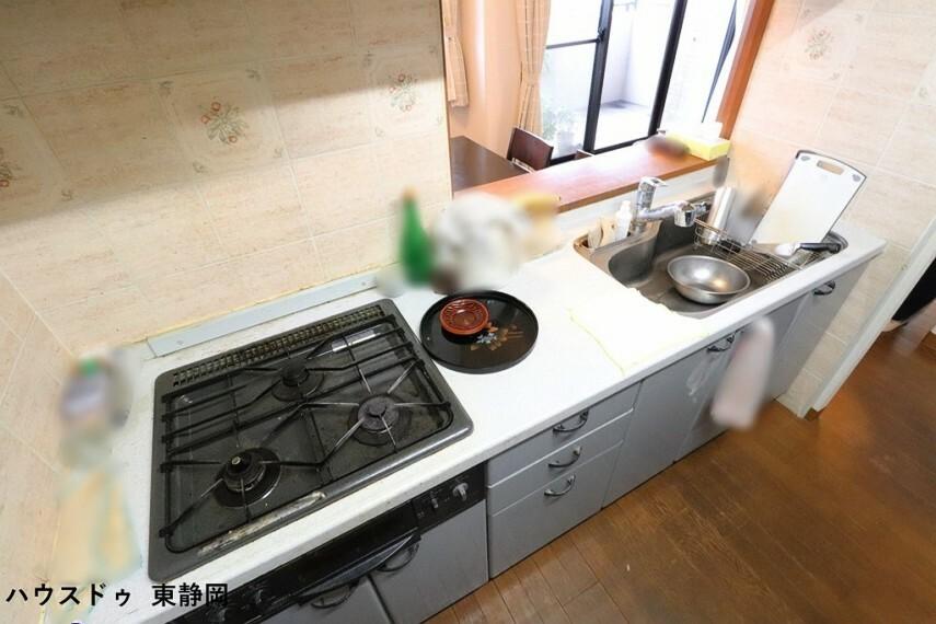 キッチン カウンタータイプのキッチンのためリビングを伺いながら作業ができます。3口コンロを使用しているため、同時に複数の調理が可能です。