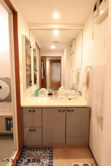 洗面化粧台 大きな鏡の洗面台です。朝の身だしなみチェックも念入りにできますよ。