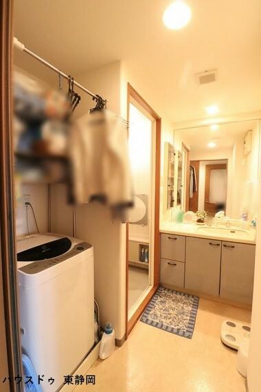洗面化粧台 家事のしやすい動線になっているのも嬉しいですね。