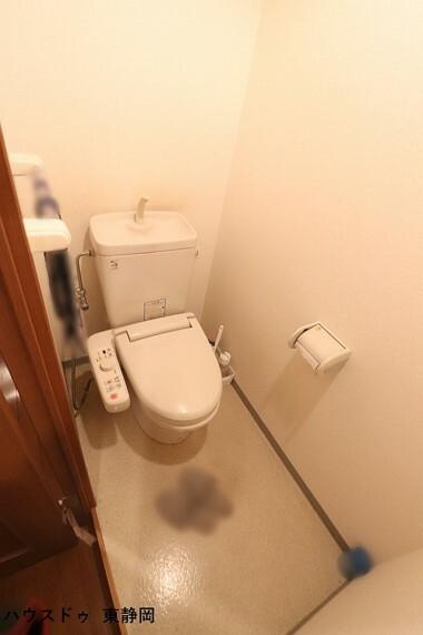 トイレ 大人も子どもも快適な自動温洗浄便座機能付きです。