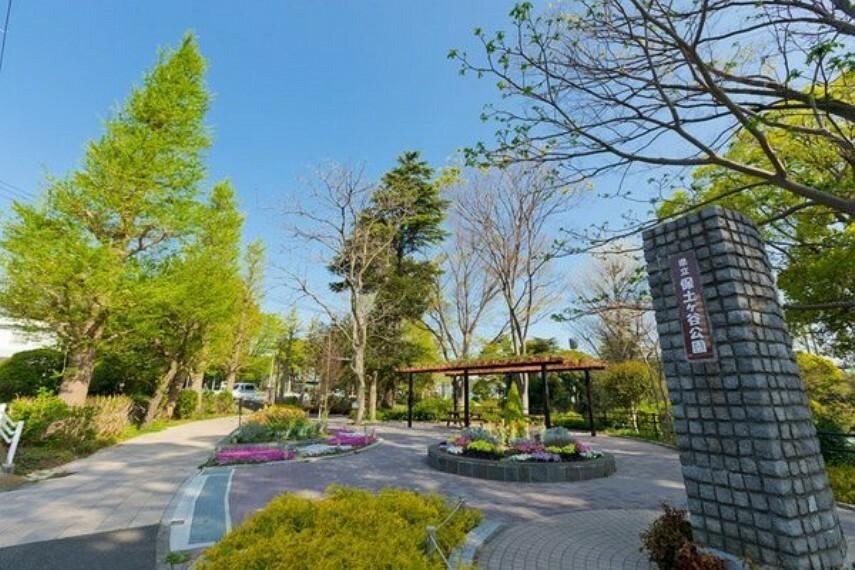 公園 神奈川県立保土ヶ谷公園 梅、桜などの木々、四季折々の香りと色に包まれる花壇、遊具広場、テニスコートや野球場など様々な運動施設が充実。