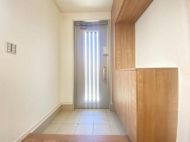 A号棟 玄関~同仕様施工例~・・・ゆったりとした玄関には約60足収納可能なシューズボックスがあります。