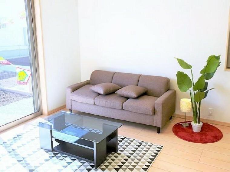 A号棟 リビング~同仕様施工例~・・・16帖のLDKは家具を配置してもゆとりのある空間を保つことができます。
