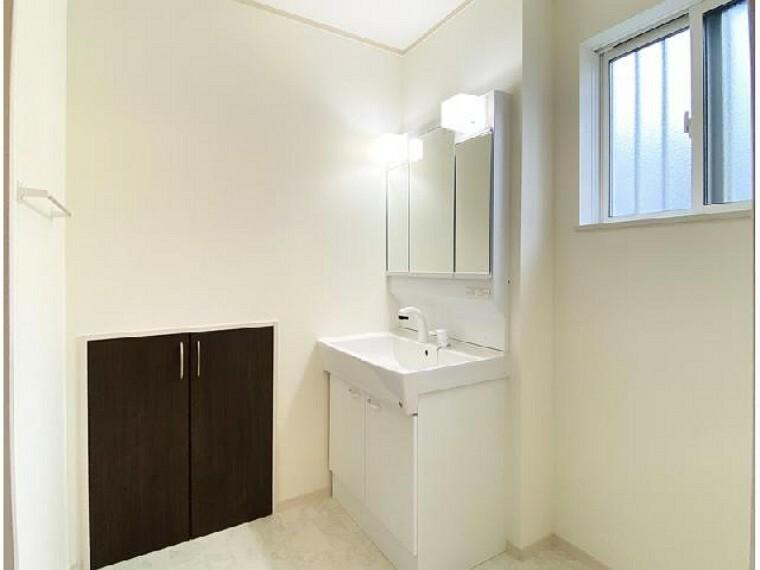 A号棟 洗面室~同仕様施工例~・・・三面鏡の裏はすべて収納になっていて歯ブラシや化粧品などすっきりしまっておけます