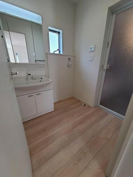 脱衣場 窓のある洗面室で、通気も良好ですね