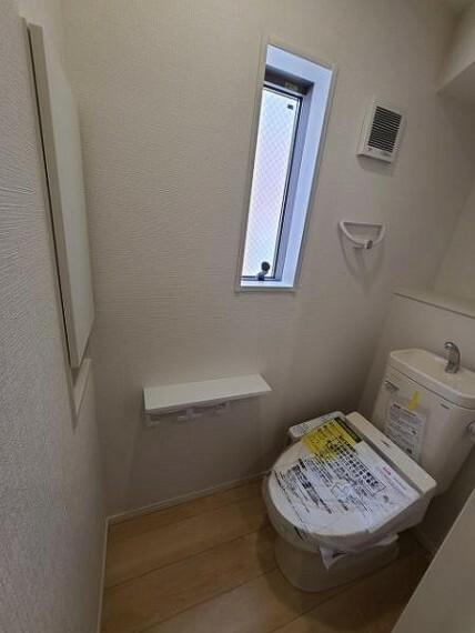 トイレ すっきり清潔感のあるトイレットルーム。収納完備が嬉しい!