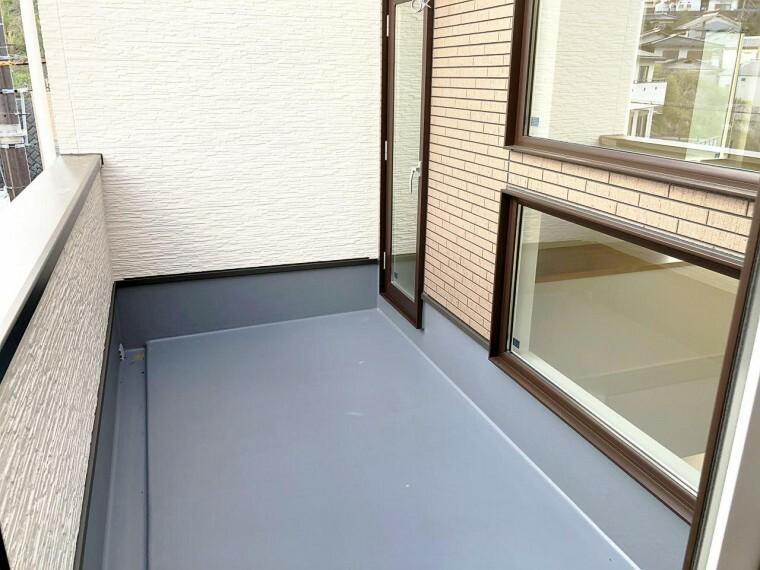 バルコニー 【11号地 バルコニー】2階ホールから繋がるバルコニー。洗濯物を干すのに最適です。