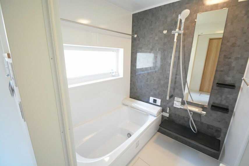 浴室 【11号地 浴室】TOTOのお風呂でお手入れラクラク。広さも十分に確保しているのでお子様とお風呂に入ってもゆったりくつろげますね。