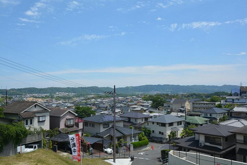 現況外観写真 【分譲地からの眺望】眼下に広がる眺望と、心地良い風が通り抜ける街
