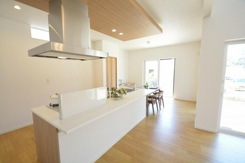 キッチン 【11号地 キッチン】回遊性のあるゆったりとしたキッチン。家族みんなで料理ができたり、家事動線もスムーズ。