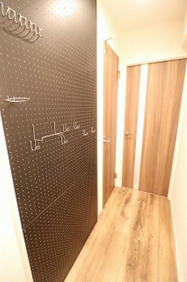 廊下。壁掛けにフォトや飾り付けができます。