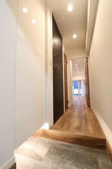玄関 玄関照明は人感センサーです。足元も照らしてくれます。