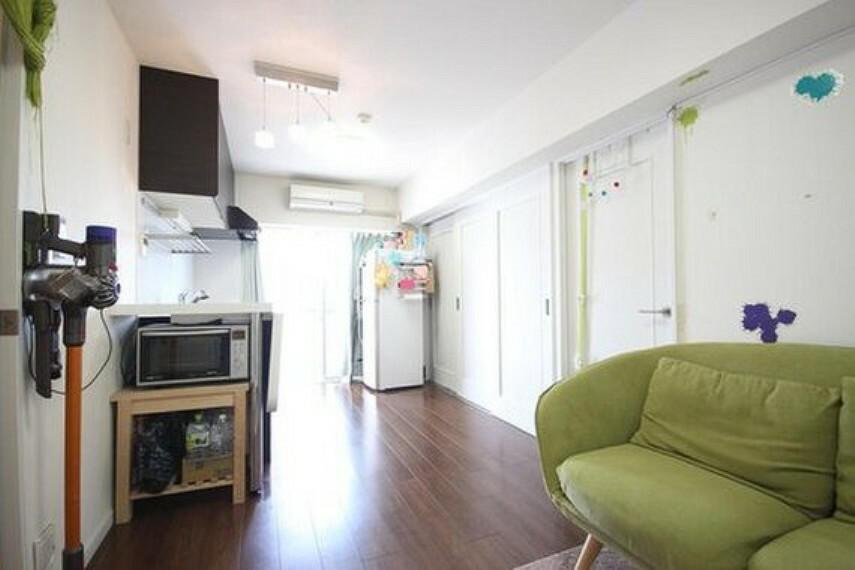 居間・リビング 通風・採光に優れ、心地よい光と風が溢れています。贅沢で豊かな居住性と、安心感を満たすクオリティが見事に調和した住空間。
