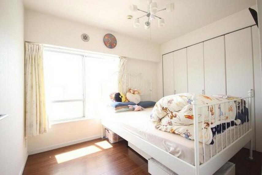 子供部屋 独立性を高めたお部屋。たっぷりの収納も配備しており、スッキリとした居住空間に。陽光も降り注ぐ明るく開放的な間取りが魅力的です。