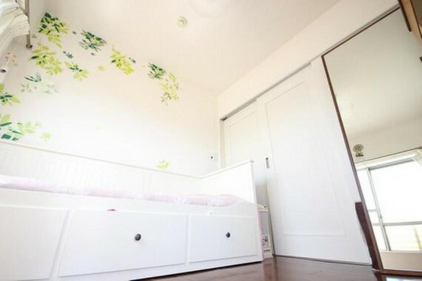 寝室 リビングに隣接する居室。引き戸を開け放てば2部屋が一体となり広々と。快適空間が生まれることで、家族が集まりやすくなります。