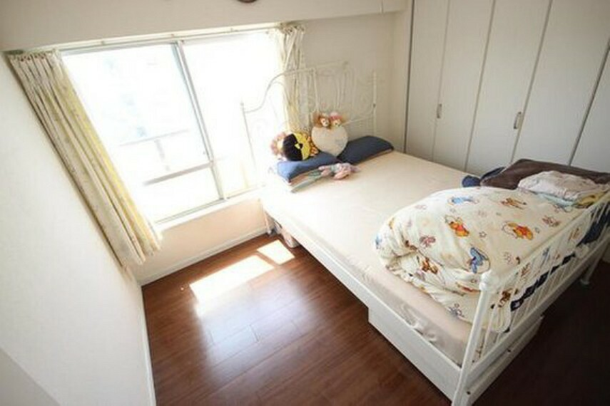 子供部屋 ゆとりを感じさせる広さの主寝室は、心身を静かに満たすシックな趣き。採光と通風に優れ、衣服等をたっぷりしまえる収納も備えています。