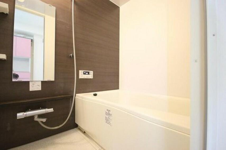 浴室 高級感溢れるカラーと大きさ。柔らかな曲線で構成された半身浴も楽しめるバスタブが心地よさをもたらします。