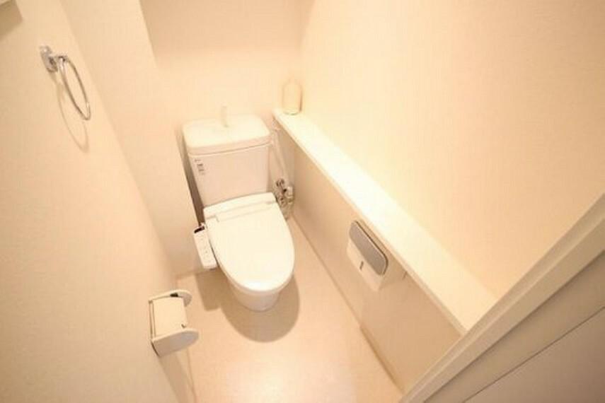 トイレ 白を基調とした清潔感の高いお手洗い。上部に収納もついておりますので、とても便利です。