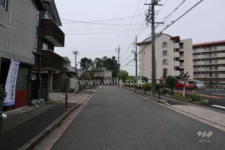 現況写真 物件の西側前面道路(北側から)[2021年5月8日撮影]