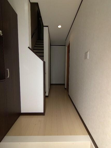 玄関 【玄関】 広々とした玄関です