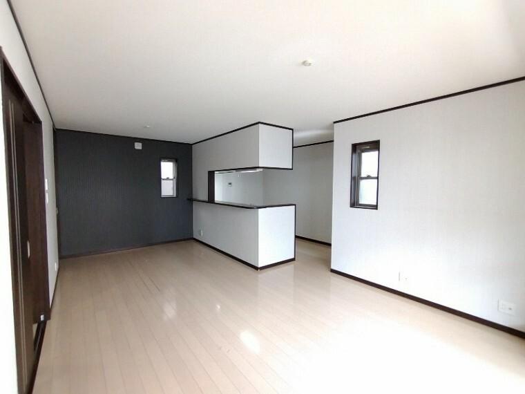 居間・リビング 【LDK16.3帖】 ソファーやダイニングテーブルを置いてもゆとりのある広さのリビングです