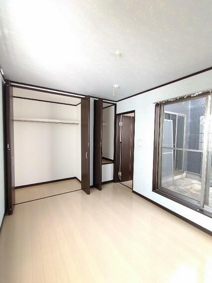 洋室 【洋室6帖】 バルコニーから日差しが入る明るい洋室です