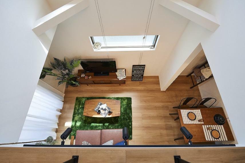 キッチン 施工例■吹抜上部からの写真です。リビング空間と居室空間をつなぐ約4.5帖分の吹抜になり、日当たりを確保し、家全体を1つの空間として生活ができます。