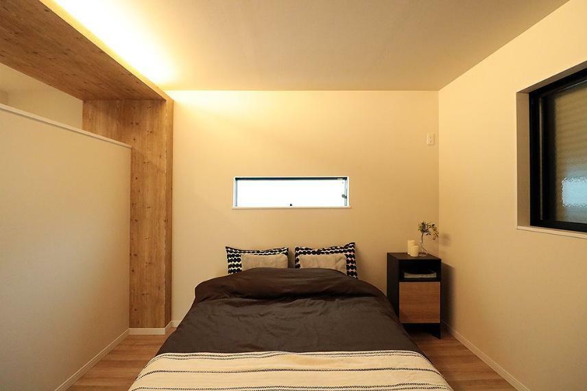 寝室 施工例■主寝室は大きめのベッドも置けるゆとりあるスペースを確保し、暖色の間接照明や明るくなりすぎない窓配置で、ゆっくりと休める癒しの空間に。