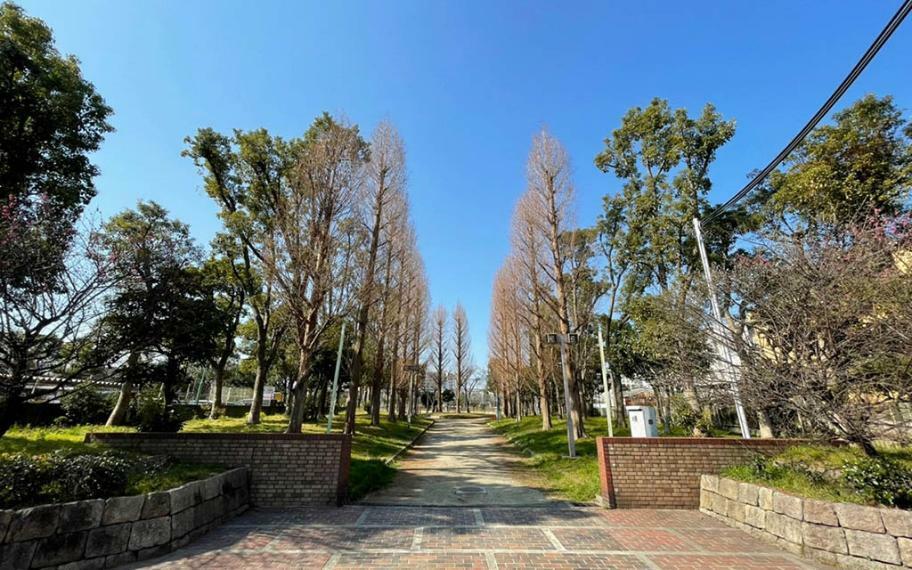 公園 芦原公園まで80m 子育て世帯におすすめの公園です。公園内に歩道も整備されおり、ロードワークにも最適です。