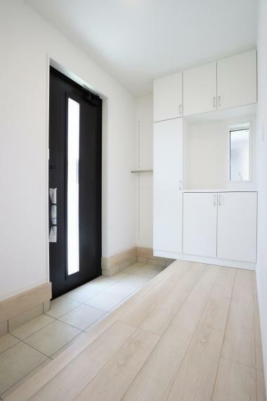 玄関 【1号棟】玄関収納・人感センサーライト・フットライト・電子カードキー
