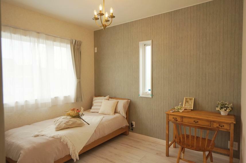 寝室 【洋室】 やわらかい雰囲気の、淡色カラーのお部屋。