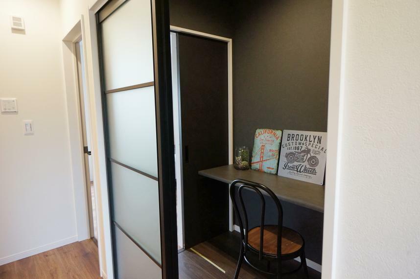 【書斎スペース】 集中して作業したい時に使用したり、じっくり読書を楽しむ専用の部屋にも