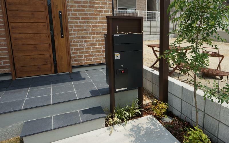 現況外観写真 【宅配ボックス】 外出時に便利な宅配ボックス。通販をよく使われる方に嬉しい設備です。