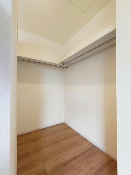 収納 主寝室:WIC《 現地写真 》現地見学や詳細は 株式会社レオホーム へお気軽にご連絡下さい。