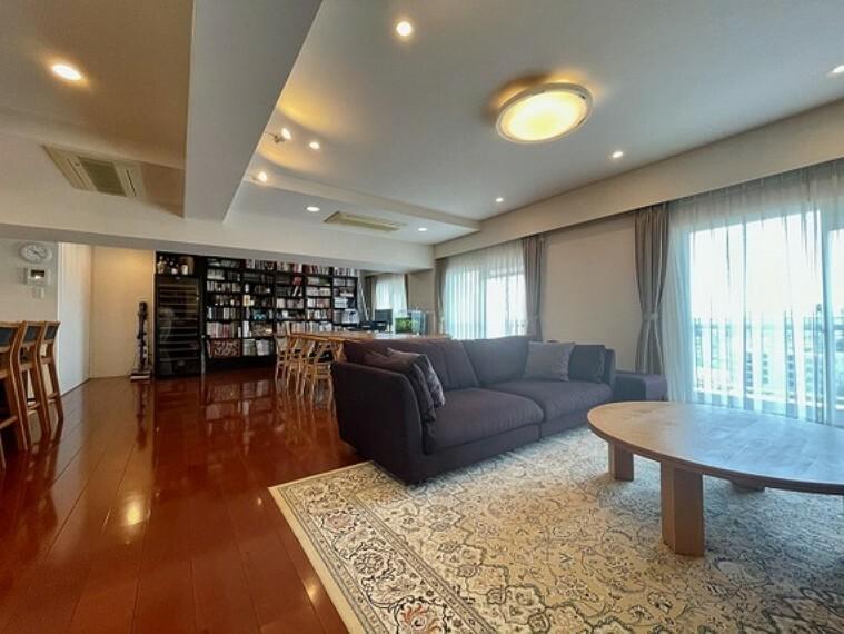 居間・リビング LDKは30帖を超えるゆとりの広さ。玄関ホールからつながる5寸幅のメインフローリングがその広がりを強調します。