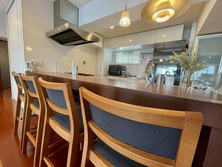 ダイニングキッチン キッチンカウンターはコミュニケーションがとりやすいオープンな空間。テーブル下にも収納があります。