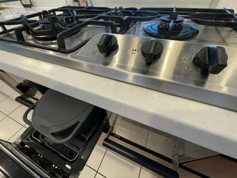 キッチン ステンレスの天板がシンプルながらスタイリッシュなハーマン社製ガスビルトインコンロ。(専用ダッチオーブン付き)